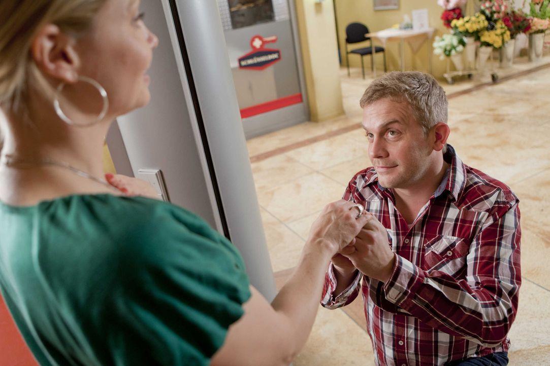 Werden sie glücklich miteinander? Danni (Annette Frier, l.) und Sven (Sebastian Bezzel, r.) ... - Bildquelle: Frank Dicks SAT.1