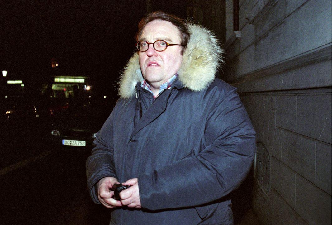 Achim Pohl (Gustav-Peter Wöhler), sonst ein emsiger Schreibtischarbeiter, trifft sich nachts auf einem einsamen Verschiebebahnhof mit einem Informan... - Bildquelle: Thekla Ehling Sat.1