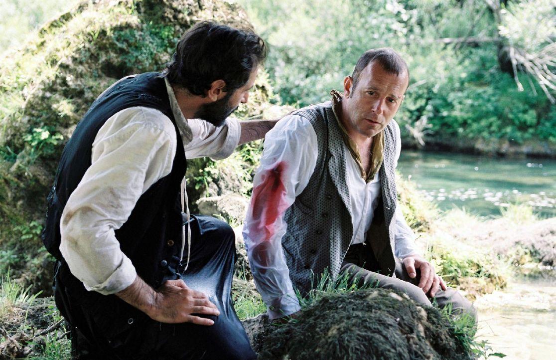 Mit letzter Kraft hat sich der verletzte Schliemann (Heino Ferch, r.) aus dem Fluss gerettet. Yannakis (Merab Ninidze, l.) ist froh, dass er den Ans... - Bildquelle: Stephan Rabold Sat.1