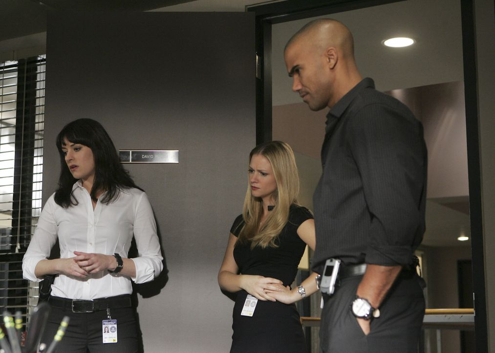 Sind total überrascht, als plötzlich Kevin Lynch im Büro auftaucht: Derek (Shemar Moore, r.), Emily (Paget Brewster, l.) und 'JJ' (AJ Cook, M.) ... - Bildquelle: Monty Brinton 2008 ABC Studios. All rights reserved. NO ARCHIVE. NO RESALE. / Monty Brinton