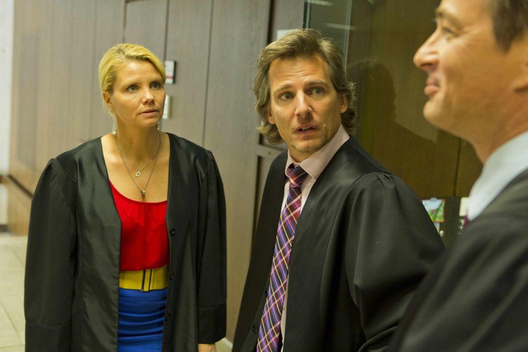 Völlig problemlos bringt eine siegessichere Danni (Annette Frier, l.) in ihrem neuen Fall Staatsanwalt August von Grün (Rene Steinke, M.) auf ihre S... - Bildquelle: Frank Dicks SAT.1