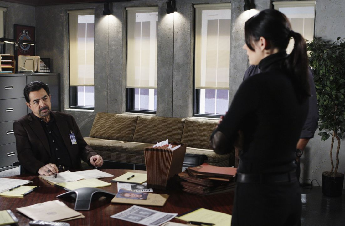 Versuchen alles um einen Serientäter zur Strecke zu bringen: Rossi (Joe Mantegna, l.) und Prentiss (Paget Brewster, r.) ... - Bildquelle: Cliff Lipson 2010 ABC Studios. All rights reserved. / Cliff Lipson