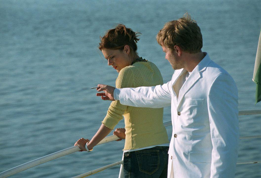 Zu den Hochzeitsfeierlichkeiten ist auch ein Bootsausflug vorgesehen. Paula (Susan Anbeh, l.), die eigentlich seekrank ist, will sich vor dem Hochze... - Bildquelle: Jeanne Degraa Sat.1