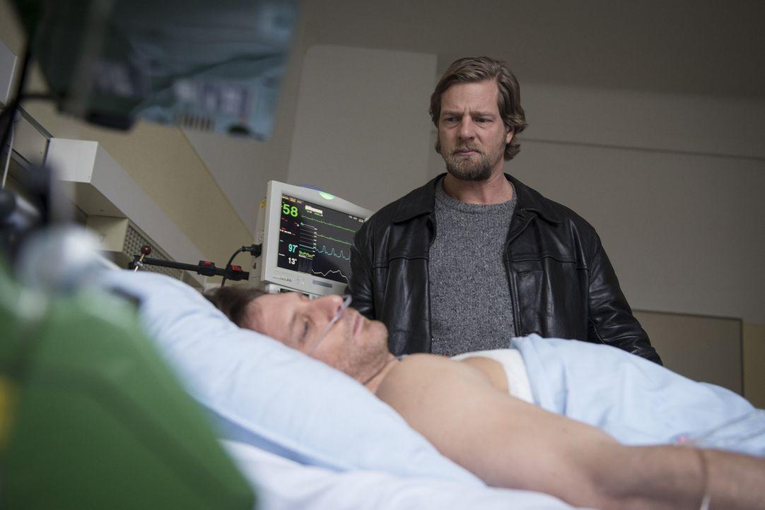 Mick (Henning Baum, r.) ist in großer Sorge um Bernie Schaller (Hendrik Duryn, l.). Dieser liegt, nachdem bei Körtings Festnahme auf ihn geschossen... - Bildquelle: Martin Rottenkolber SAT.1