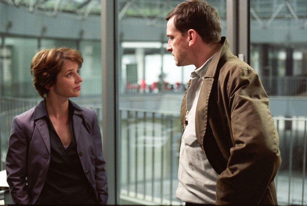 Hauptkommissar Matthias Steiner (Thomas Sarbacher, r.) und Dezernatsleiterin Dr. Krüger (Lena Stolze, l.) streiten sich über den Fall Britta. - Bildquelle: Thomas Kost Sat.1