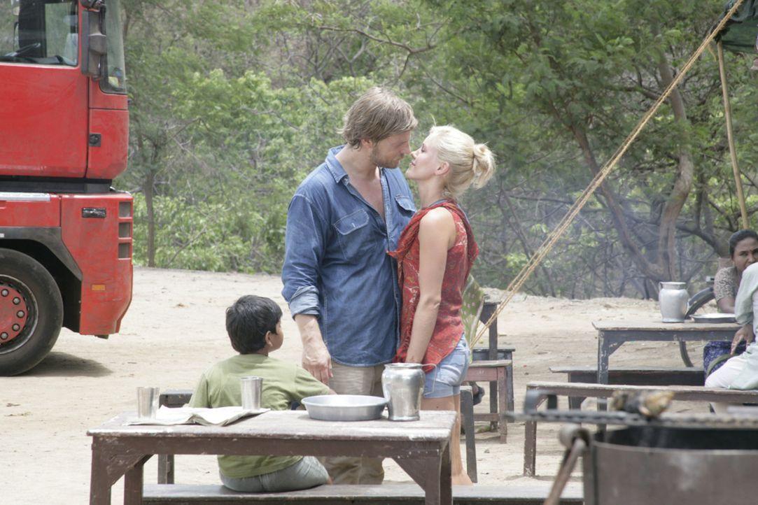 Auf ihrer Reise kommen sich Sarah (Wolke Hegenbarth) und Max (Henning Baum) langsam näher. Doch immer noch nicht hat die junge Geologin dem attrakti... - Bildquelle: Vinod Deshpande SAT.1