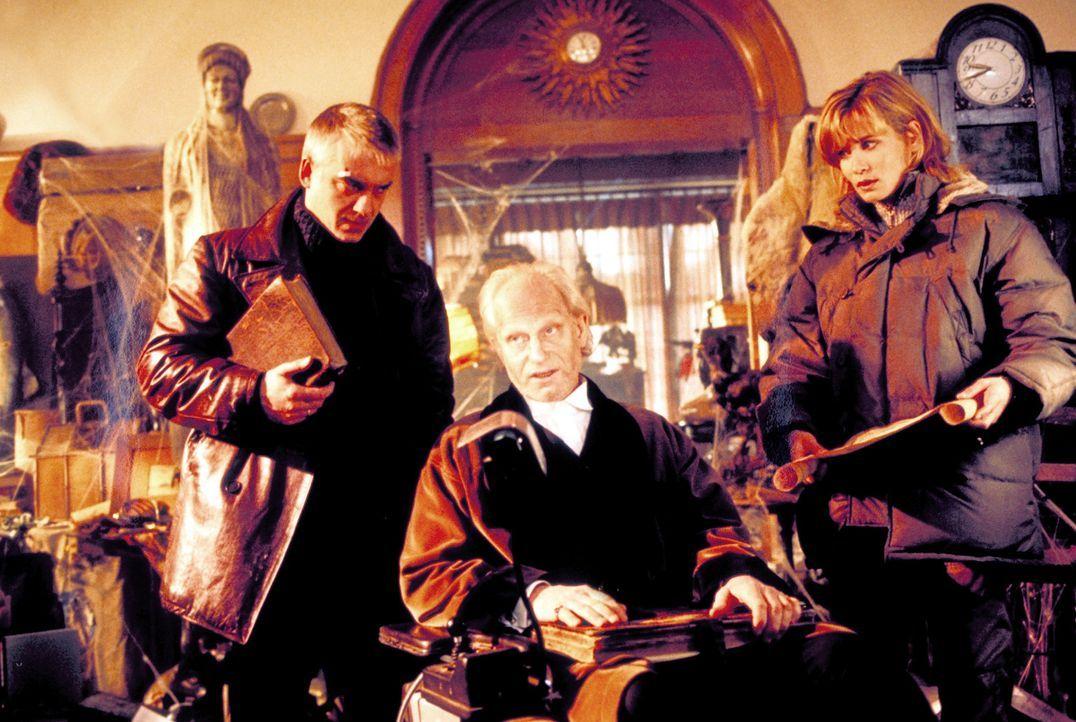 Auf der Suche nach seiner Tochter Johanna stoßen Marc (Christoph M. Ohrt, r.) und Tanja (Anja Kling, l.).auf den dubiosen Herrn von Bütow (Hans Dieh... - Bildquelle: ProSieben