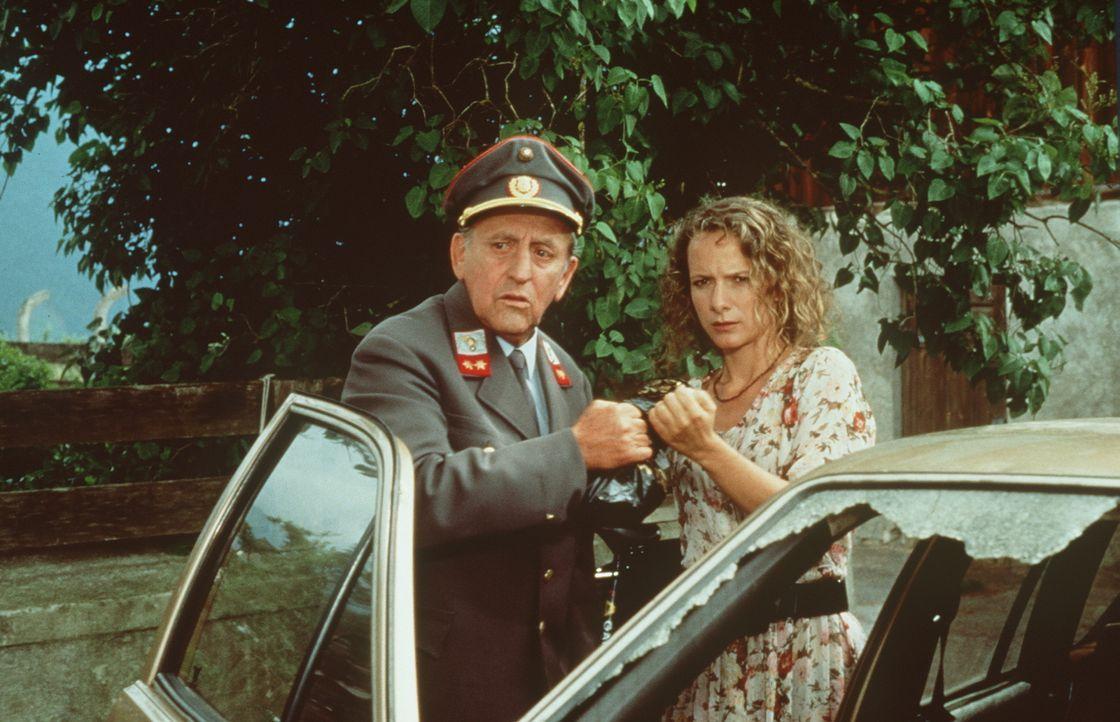 Gendarm Gilch (Maxl Graf, l.); Laura Sterneck (Karina Thayenthal, r.) - Bildquelle: Beta Film GmbH