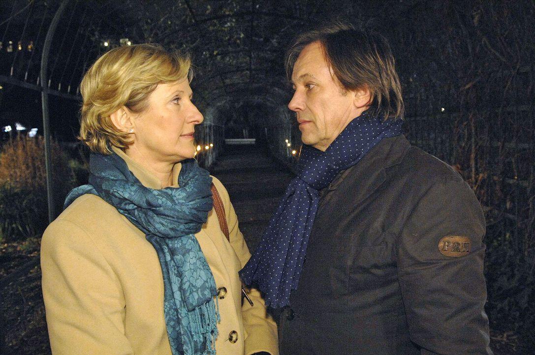 Armin (Rainer Will, r.) und Susanne (Heike Jonca, l.) kommen sich wieder näher ... - Bildquelle: Claudius Pflug Sat.1