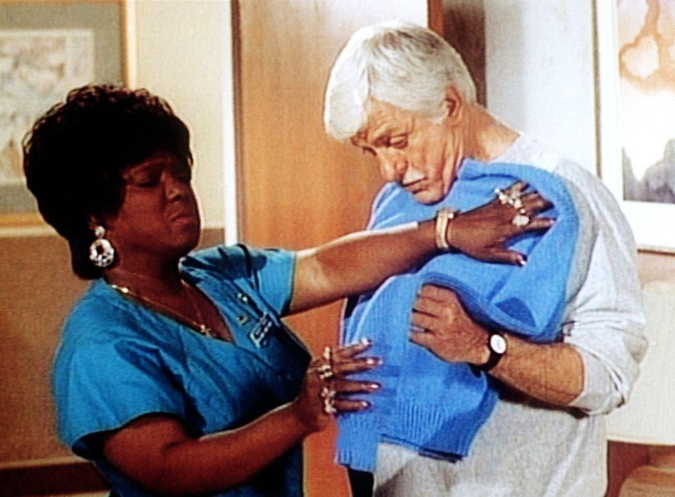 Delores (Delores Hall, l.) stellt bei der Anprobe fest, dass ihr gestrickter Pullover nicht ganz die passende Größe für Dr. Sloan (Dick Van Dyke, r.... - Bildquelle: Viacom