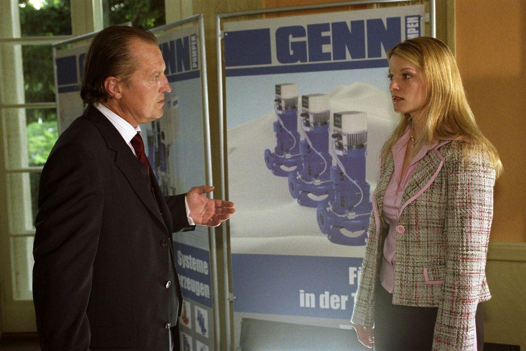 Sybille Genn (Aline Hochscheid, r.) gesteht ihrem Vater (Paul Faßnacht, l.), dass sie von seinem Mitarbeiter Lorek Durguti schwanger ist. - Bildquelle: Claudius Pflug Sat.1