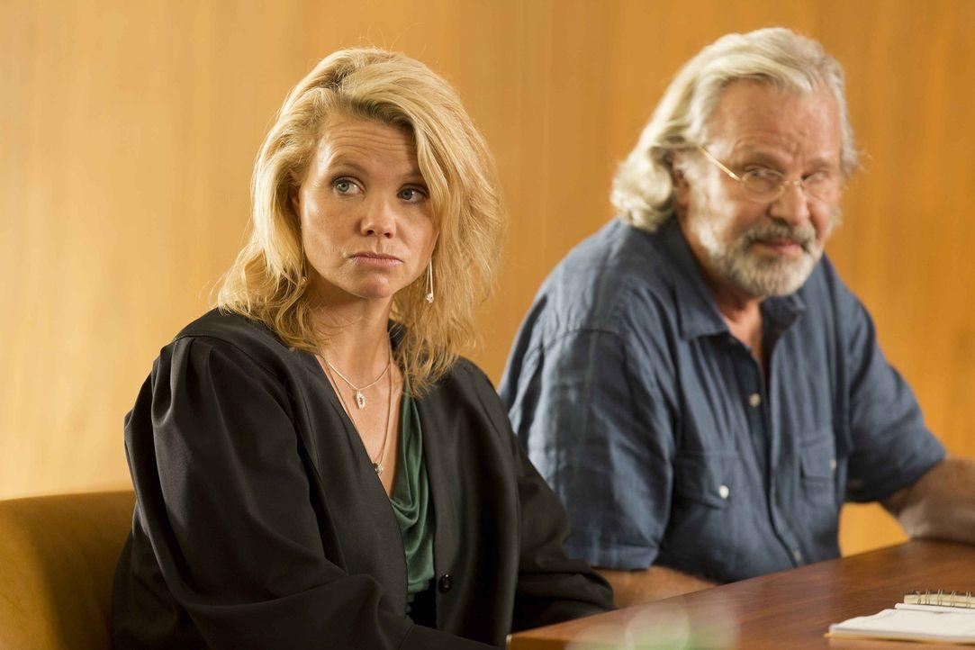Ein neuer Fall: Danni (Annette Frier, l.) steht Günter Lobinger (Peter Sattmann, r.) zur Seite, der von seinem Sohn verklagt wird, weil er sein Geld... - Bildquelle: Frank Dicks SAT.1