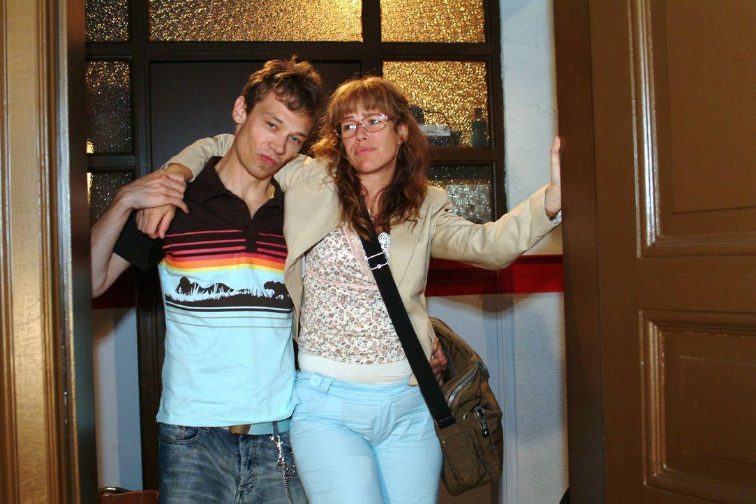 Jürgen (Oliver Bokern, l.) stützt Lisa (Alexandra Neldel, r.), die bei der Knutscherei vor dem Kiosk gestürzt ist. (Dieses Foto von Alexandra Neldel... - Bildquelle: Monika Schürle Sat.1