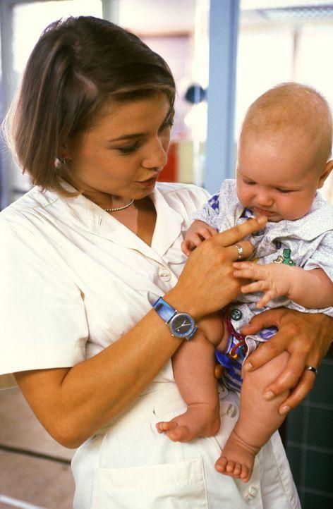 Stephanie (Claudia Schmutzler, l.) kümmert sich liebevoll um den kleinen Anton ... - Bildquelle: Noreen Flynn Sat.1