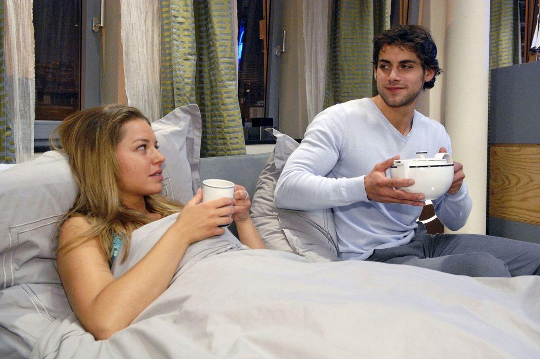 Jonas (Roy Peter Link, r.) kümmert sich um Katja (Karolina Lodyga), die eine plötzliche Übelkeit überkommen hat. - Bildquelle: Claudius Pflug Sat.1
