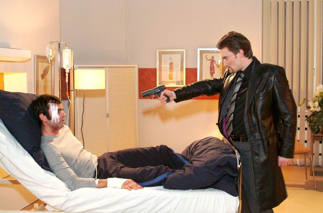 Der skrupellose Richard (Karim Köster, r.) wähnt sich am Ziel - und bedroht David (Mathis Künzler, l.) mit einer Waffe. - Bildquelle: Monika Schürle Sat.1