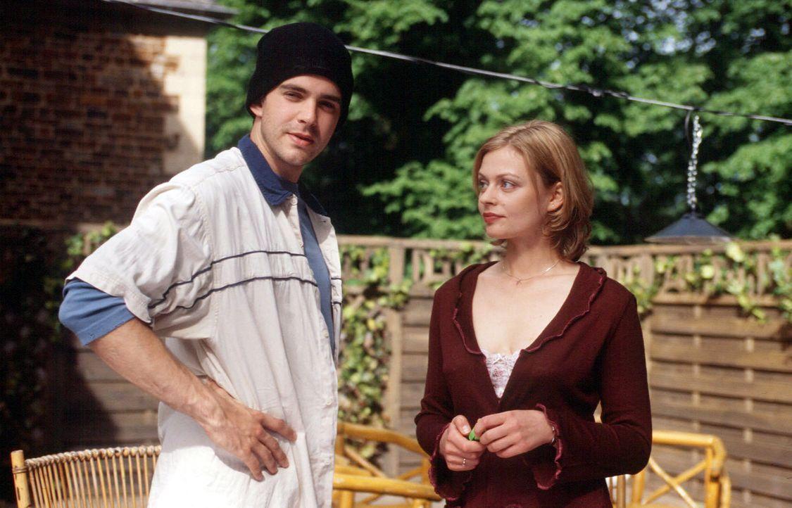 Sarah (Susanna Simon, r.) und ihr Stiefbruder Kai (Oliver Boysen, l.) müssen sich notgedrungen zusammenraufen, da sie gemeinsam ein Haus geerbt habe... - Bildquelle: Melanie Grande Sat.1