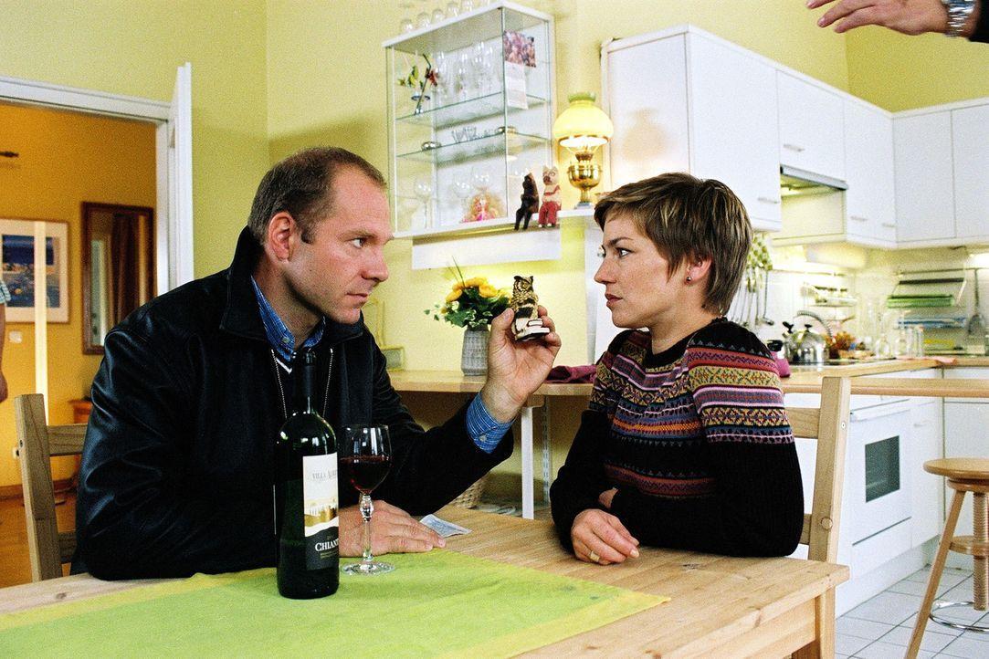 Kai-Uwe (Wolfram Rupperti, l.) kümmert sich um Stephanie (Claudia Schmutzler, r.) und versucht sie zu beruhigen. - Bildquelle: Monika Schürle Sat.1