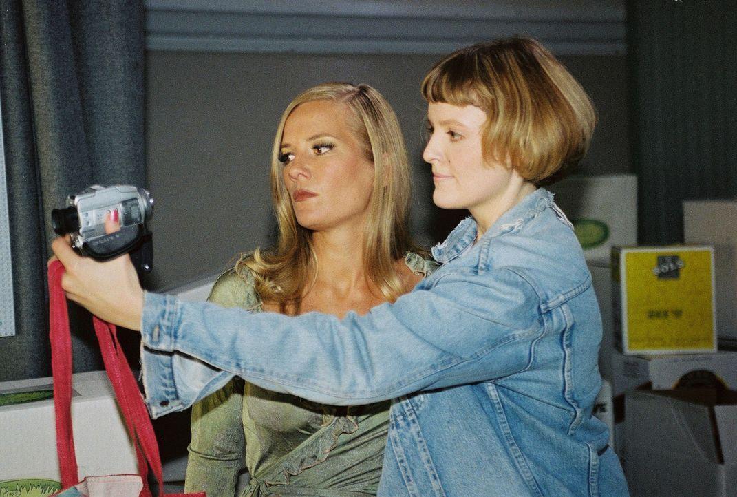 Carmen (Marisa Growaldt, r.) möchte sich unbedingt zusammen mit Melanie Berger (Jessica Stockmann, l.) filmen. - Bildquelle: Ali Schafler Sat.1