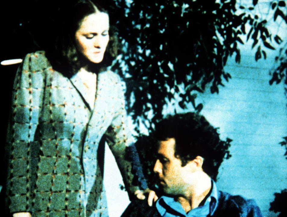 Erin (Mary Beth McDonough, l.) redet Mike Paxton (Dennis Redfield, r.) zu, sich in der Stadt um Arbeit zu bemühen. Sie kann nicht glauben, dass jema... - Bildquelle: WARNER BROS. INTERNATIONAL TELEVISION