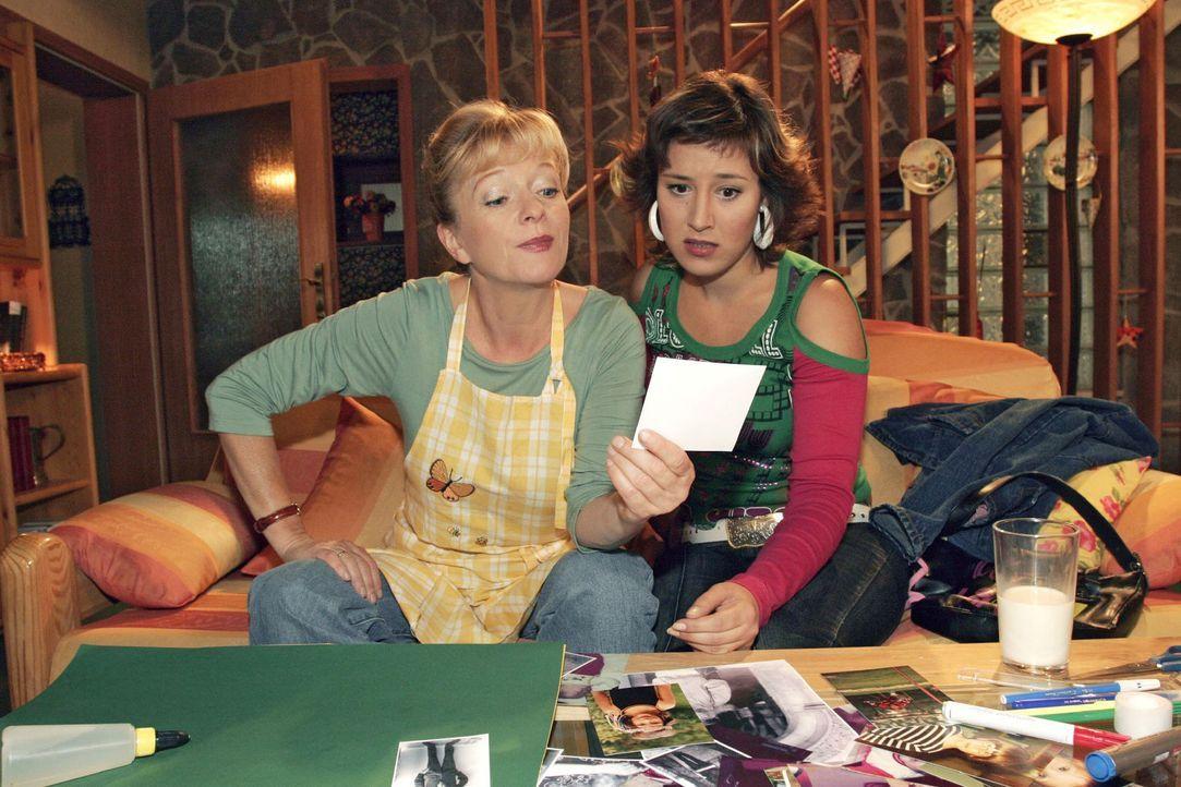 Auf nicht eben subtile Art spricht Helga (Ulrike Mai, l.) das Thema Baby gegenüber Yvonne (Bärbel Schleker, r.) an - und zeigt ihr Fotos von Lisa al... - Bildquelle: Noreen Flynn Sat.1