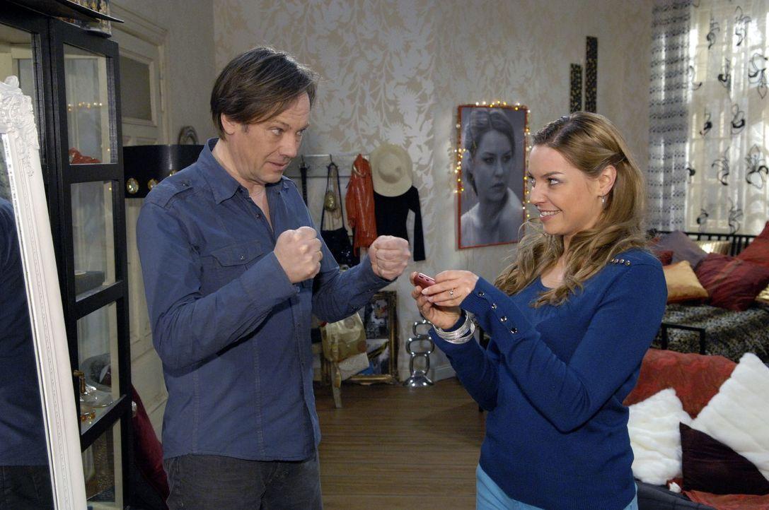 Armin (Rainer Will, l.) drückt Katja (Karolina Lodyga, r.) die Daumen, dass es eine zweite Chance für sie und Jonas gibt. - Bildquelle: Claudius Pflug Sat.1