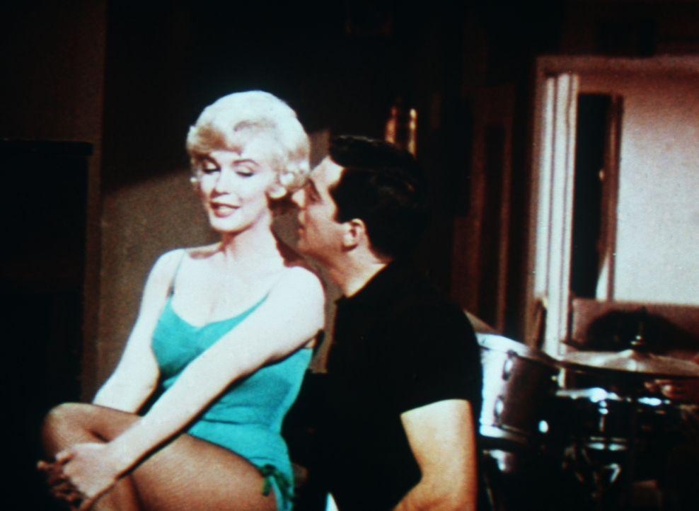 Die attraktive Amanda (Marilyn Monroe, l.) und ihr Bühnenpartner Tony (Frankie Vaughan, r.) haben ein gutes Verhältnis zueinander ... - Bildquelle: 20th Century Fox Film Corporation