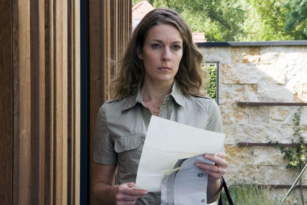 Marie (Lisa Martinek) ist verzweifelt, als sie Post von ihrem Anwalt bekommt. Sie müssen sofort aus ihrem Haus ausziehen, das nun der Sirdona-Holdin... - Bildquelle: Jacqueline Krause-Burberg Sat.1