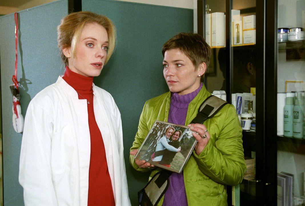 Stephanie (Claudia Schmutzler, r.) sucht Sibylle Büser (Tushka Bergen, l.) auf, um sie und ihre Schwester miteinander zu versöhnen. - Bildquelle: Noreen Flynn Sat.1