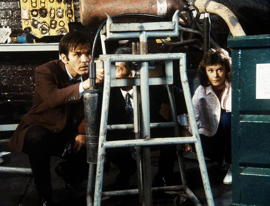 Amanda (Kate Jackson, r.) ist in die Hände des Gangsters Benedict (Jack Thibeau, l.) und des Drogenhändlers Nick Falcone (Anthony Ponzini, M.) gerat...