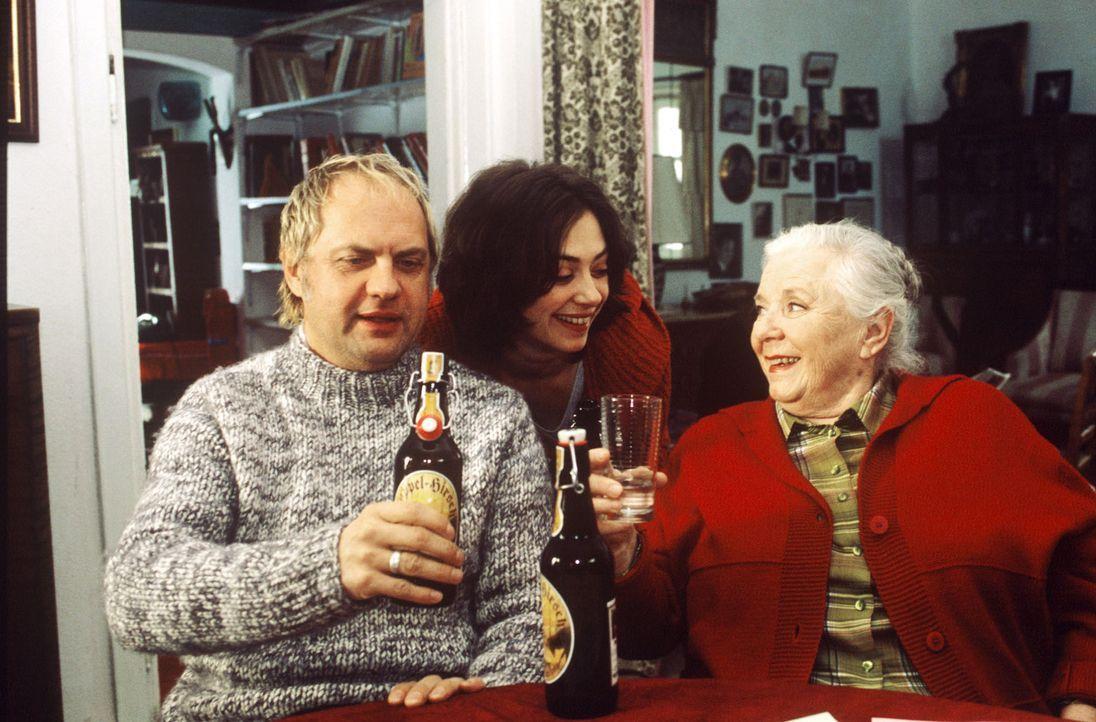In der Pension feiern Sepp (Uwe Ochsenknecht, l.), Corinna (Julia Richter, M.) und Resi (Ruth Drexel, r.) den Erfolg des Baustopps. - Bildquelle: Magdalena Mate Sat.1