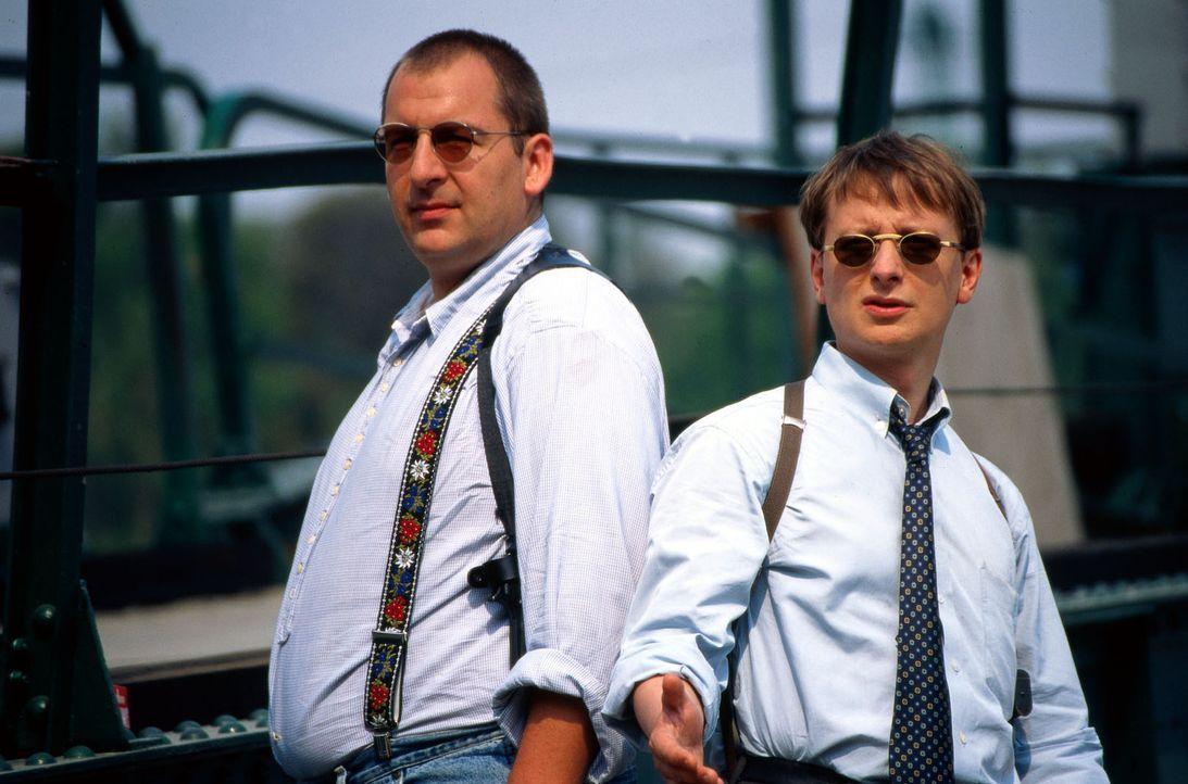 Peter Höllerer (Wolf Bachofner, l.) und Christian Böck (Heinz Weixelbraun, r.) haben noch keine Ahnung, wer ihr neuer Chef werden wird. Aber das ist... - Bildquelle: Ali Schafler Sat.1