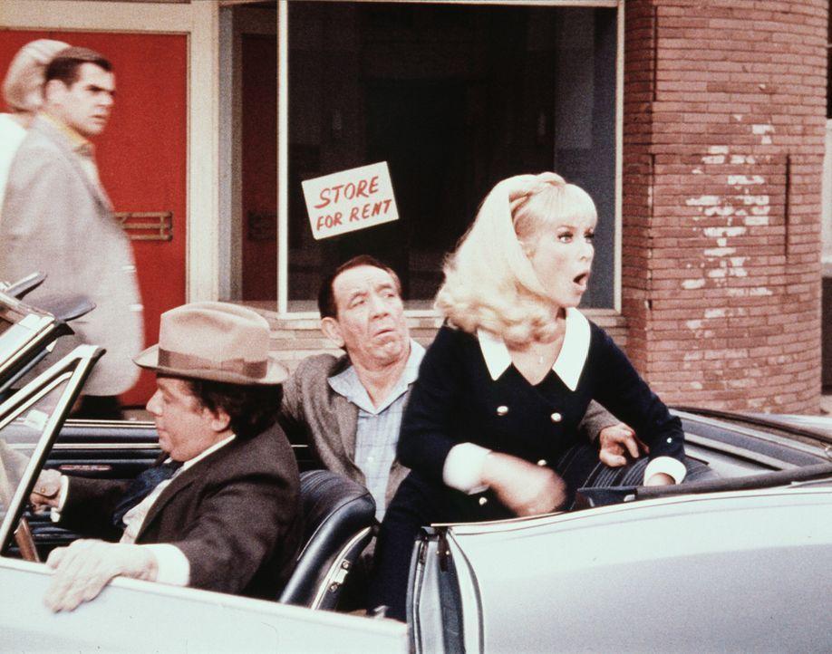 Zwei Ganoven bitten Jeannie (Barbara Eden, r.), Geld von der Bank zu holen, das sie angeblich für ein Waisenhaus brauchen. - Bildquelle: Columbia Pictures