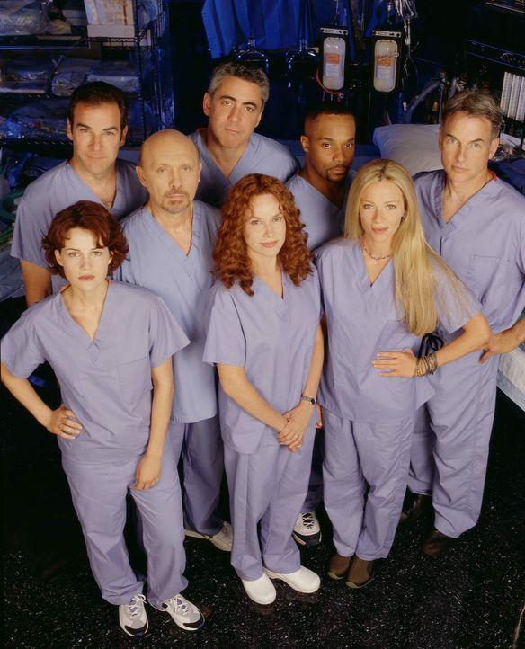 Das Team des Chicago Hope Hospitals (v.l.n.r.): Dr. Gina Simon (Carla Gugino), Dr. Jeffrey Geiger (Mandy Patinkin), Dr. Phillip Watters (Hector Eliz... - Bildquelle: 1998-1999 Twentieth Century Fox Film Corporation.  All rights reserved.