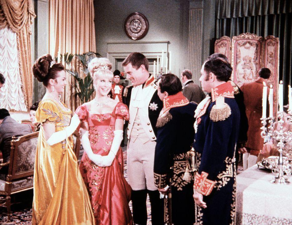 Jeannie (Barbara Eden, 2.v.l.) versetzt sich mit Tony (Larry Hagman, 3.v.r.) ins Jahr 1803, wo sich Tony mit Napoleon (Aram Katcher, 2.v.r.) höchstp... - Bildquelle: Columbia Pictures