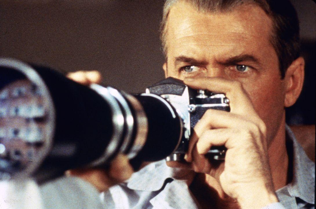 Der Fotojournalist L. B. Jefferies (James Stewart) ist nach einem Unfall wegen eines Gipsbeins auf einen Rollstuhl angewiesen. Aus Langeweile beobac... - Bildquelle: NBC Universal