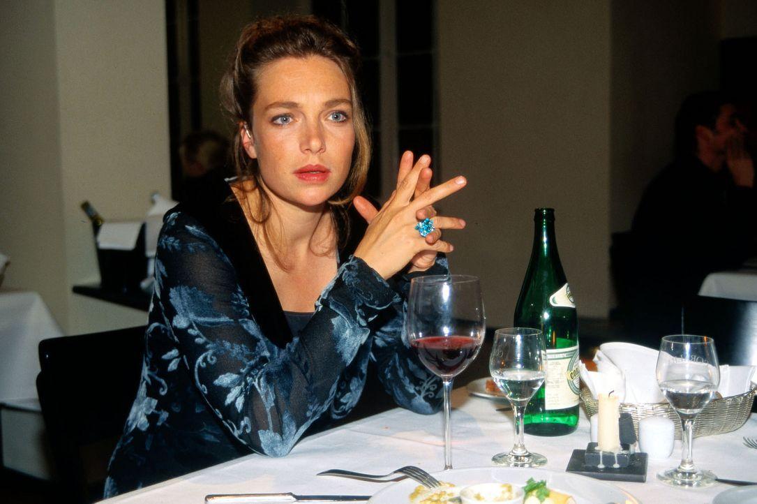 """Laura Tilmann (Aglaia Szyszkowitz) trifft sich zum Abendessen mit einem potenziellen """"Sponsor"""". Dabei beobachtet die schwerhörige Malerin ein Gesprä... - Bildquelle: Uwe Ernst Sat.1"""