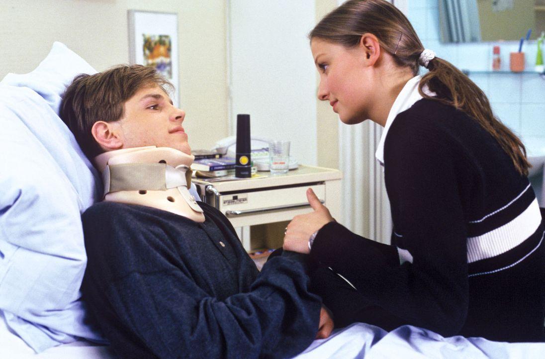 Jonas Liedeck (Maximilian Haas, l.) ist aus dem Fenster gefallen und hat eine Gehirnerschütterung erlitten. Julia (Alexandra Maria Lara, r.) glaubt... - Bildquelle: Noreen Flynn Sat.1