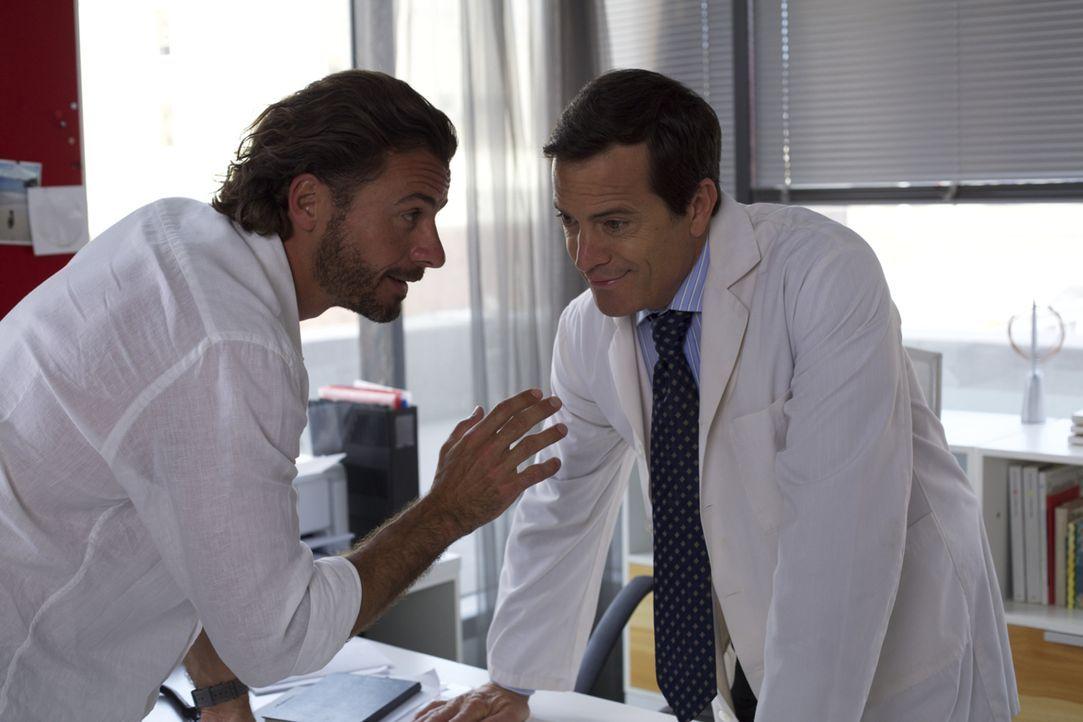 Mark (Stephan Luca, l.) fällt aus allen Wolken, als Dr. Konig (Kevin Otto, r.) ihm mitteilt, dass mit Hilfe seiner Samenspende 99 Kinder geboren wur... - Bildquelle: Melanie Clearly SAT.1
