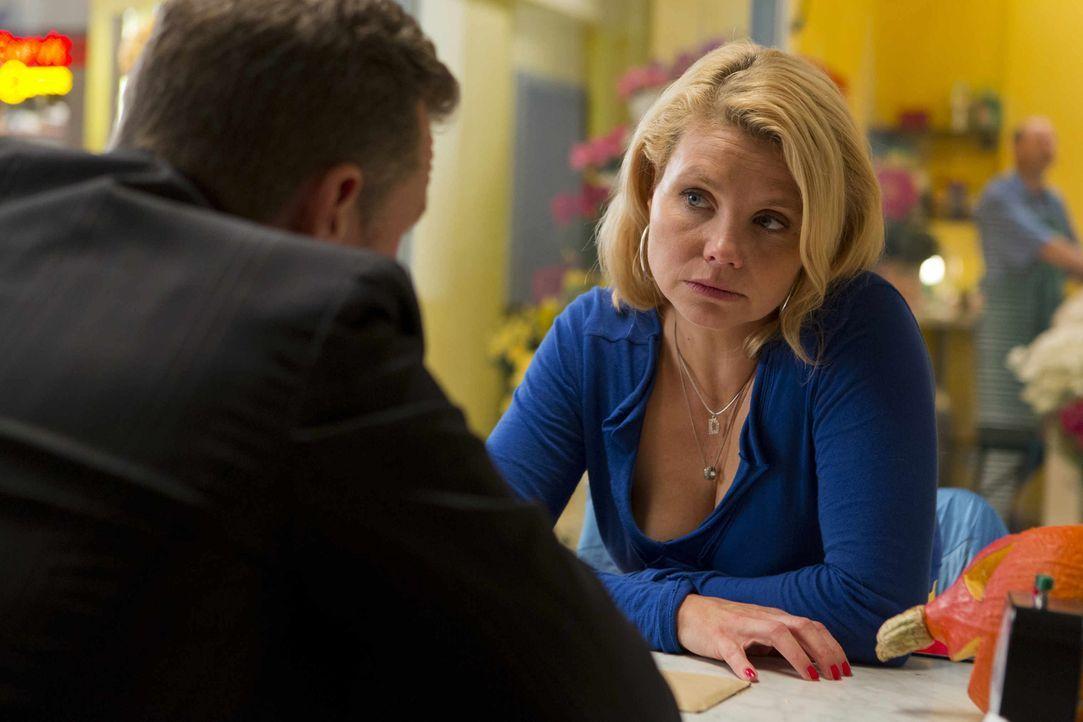 Während Danni (Annette Frier, r.) der Kindergärtnerin Alina zur Seite steht, lässt Pit (Dirk Borchardt, l.) nicht locker und hofft noch immer, sie v... - Bildquelle: Frank Dicks SAT.1