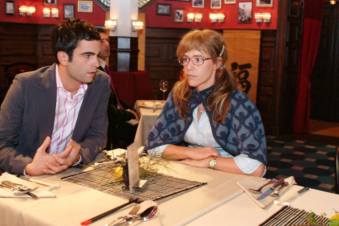 David (Mathis Künzler, l.) bittet Lisa (Alexandra Neldel, r.), ihn zu unterstützen, dass seine Idee, die Hochzeit auf den Sommer zu verschieben, von... - Bildquelle: Monika Schürle Sat.1