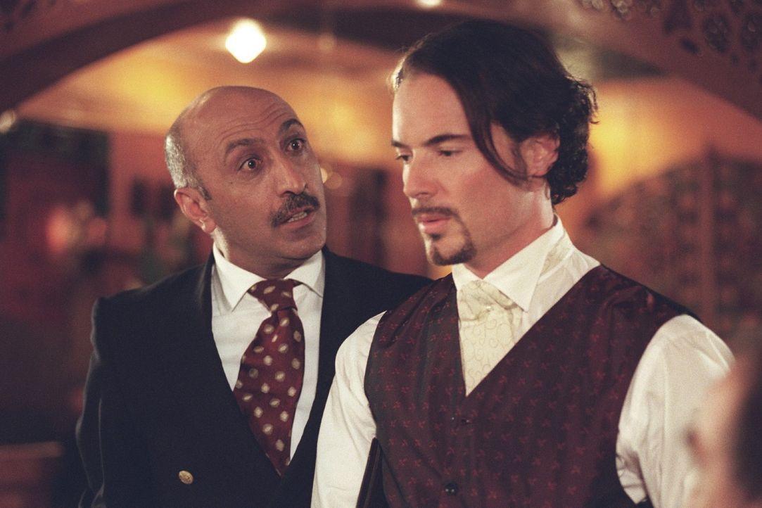 Mehmet (John Friedmann, r.) ist verzweifelt. Er weiß, dass er ohne Job seine Liebe nicht heiraten kann ... - Bildquelle: Sat.1