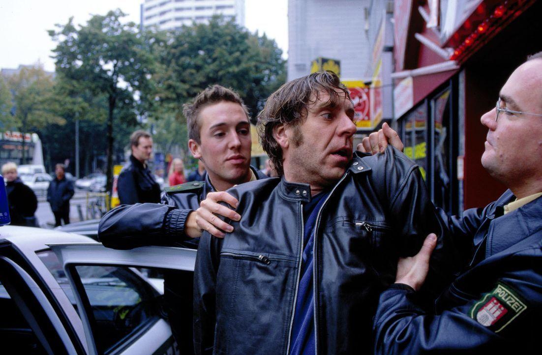 Brenner (Uwe Rohde, M.) wird von der Polizei verhaftet. - Bildquelle: Frank Taubenheim SAT.1 / Frank Taubenheim