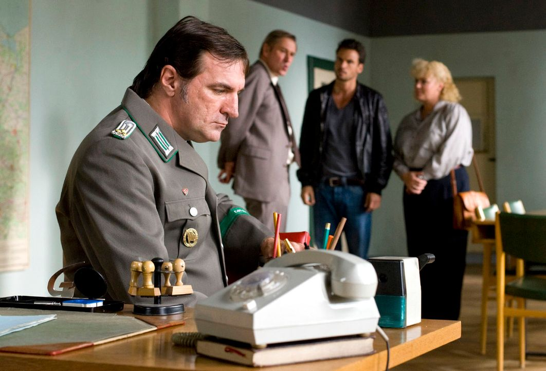 Major Krawczyk (Michael Kind, 2.v.l.) bietet Maik (Stephan Luca, 2.v.r.) und Gaby (Petra Kleinert, r.) seine Unterstützung an. Oberleutnant Gruner (... - Bildquelle: Richard Hübner Sat.1