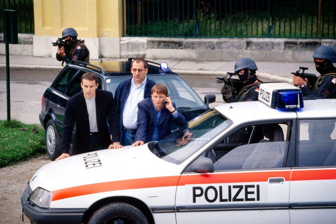 Kommissar Brandtner (Gedeon Burkhard, l.), Höllerer (Wolf Bachofner, M.) und Böck (Heinz Weixelbraun, r.) versuchen mit Hilfe eines Einsatzkommandos... - Bildquelle: Ali Schafler Sat.1
