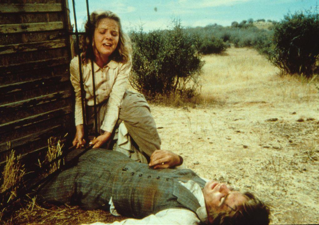 Mary (Melissa Sue Anderson, l.) macht sich große Sorgen um Adam (Lindwood Boomer, r.) der eingeklemmt unter einem Rad der umgekippten Kutsche liegt... - Bildquelle: Worldvision