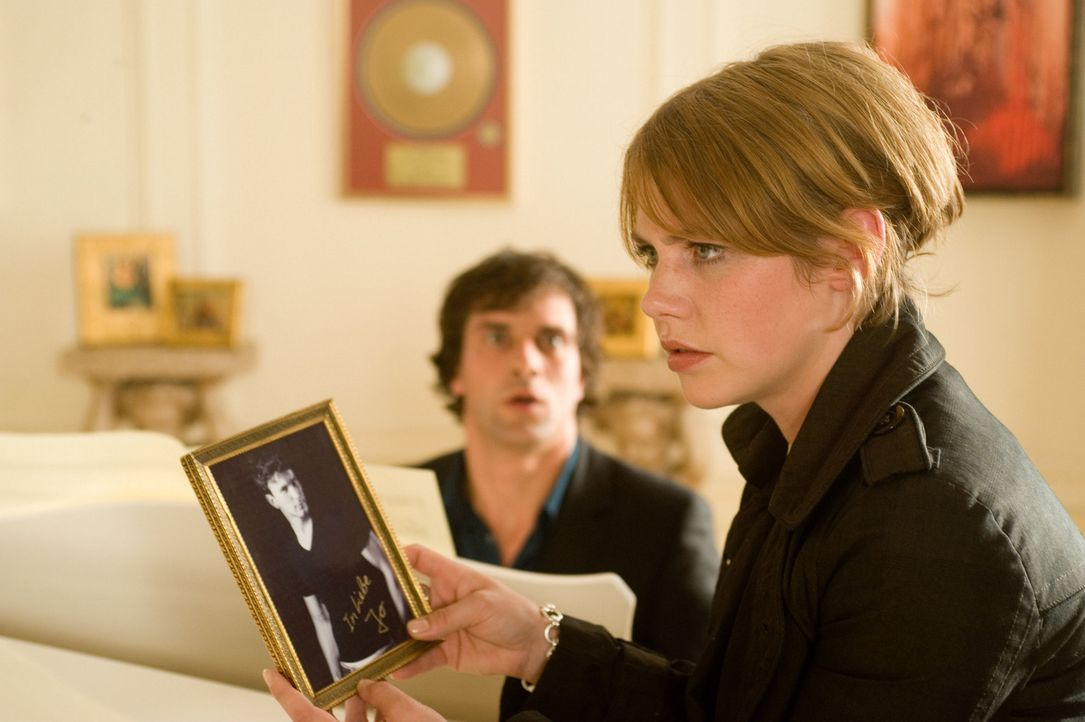 Als Mia (Felicitas Woll, r.) die vermeintliche Villa ihres Millionärs (Kai Schumann, l.) kennen lernt, fällt ihr nicht nur ein Foto in die Hände, da... - Bildquelle: SAT.1