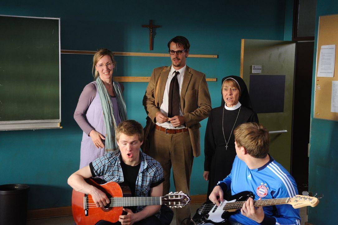 Als Schwangerschaftsvertretung von Frau Scholz (Silvina Buchbauer, l.) landet der Vollblutmusiker Tom (Max von Thun, M.) als Musiklehrer an der Förd... - Bildquelle: Hardy Spitz SAT.1