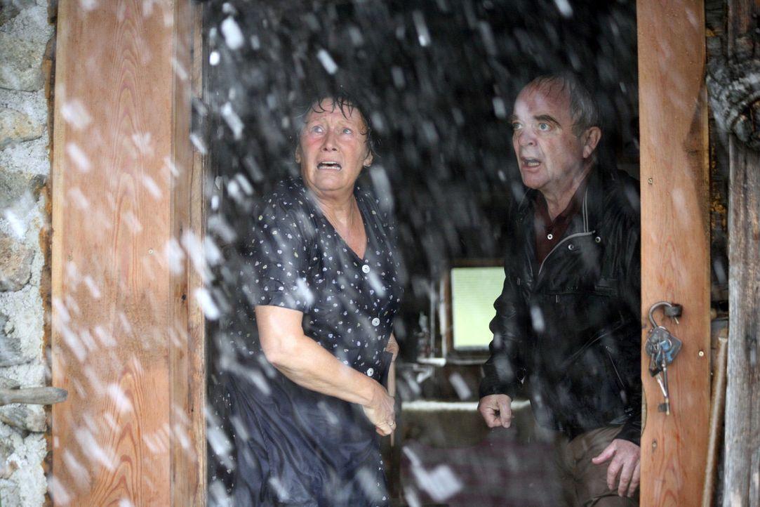 Friedrich (Götz Burger, r.) und Rosel (Hertha Schell, l.) hoffen auf Rettung vor dem Gewittersturm ... - Bildquelle: Petro Domenigg Sat.1