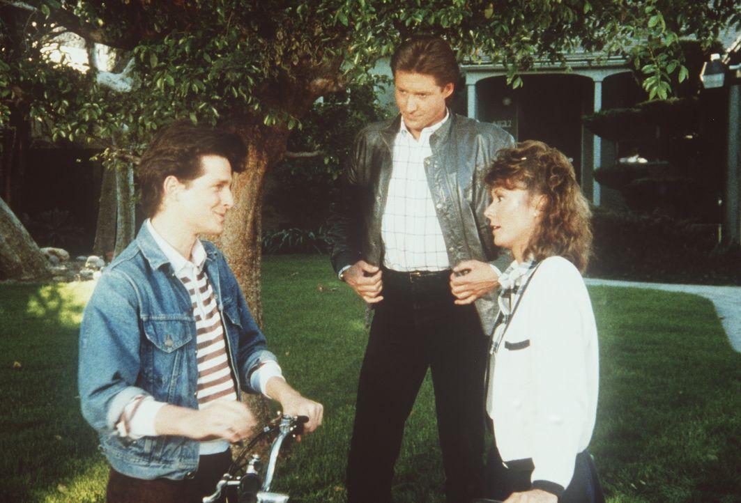 Terry (Larry Cox, l.) bedankt sich bei Lee (Bruce Boxleitner, M.) und Amanda (Kate Jackson), die ihm gerade das Leben gerettet haben.